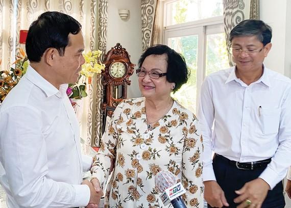 Đồng chí Trần Lưu Quang thăm nguyên Bộ trưởng Bộ Y tế Trần Thị Trung Chiến. Ảnh: TẤN BA