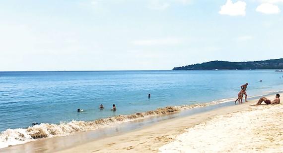 Bãi biển Phuket, Thái Lan vắng khách du lịch do dịch Covid-19