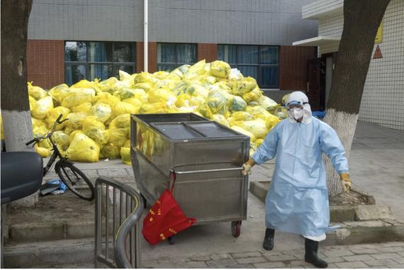 Un agent de nettoyage gère les déchets médicaux dans un hôpital de la ville de Wuhan, en Chine.  Photo: XINHUA