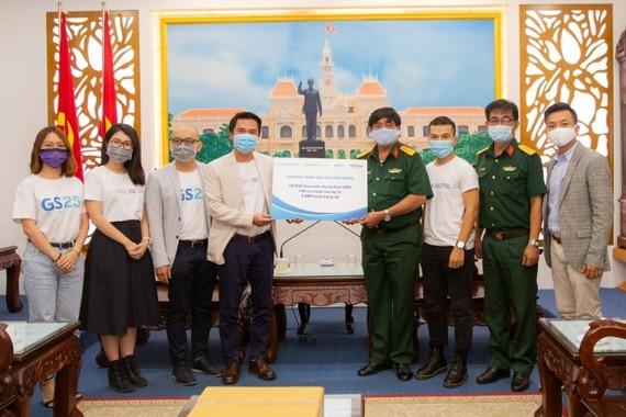 Đại diện Sơn Kim Retail trao quà cho Bộ Tư lệnh TPHCM