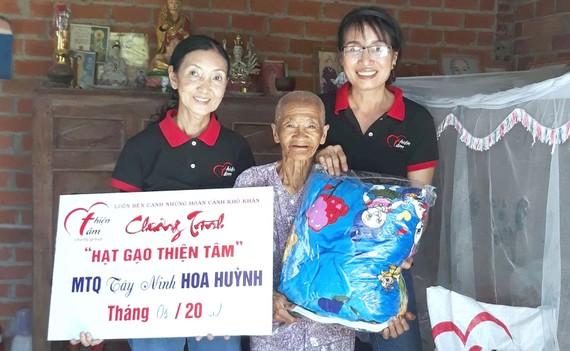 Nhóm từ thiện Thiện Tâm tặng quà một cụ già có hoàn cảnh khó khăn