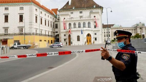 Cảnh sát gác tại Phủ Tổng thống Áo sau một vụ đe dọa đánh bom. Ảnh: REUTERS