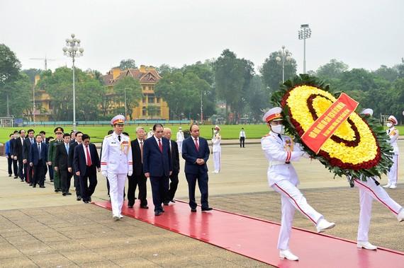 Đoàn đại biểu Lãnh đạo Đảng, Nhà nước đặt vòng hoa và vào Lăng viếng Chủ tịch Hồ Chí Minh.  Ảnh: TTXVN