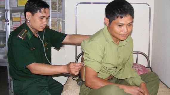 Thượng úy Trần Văn Cường khám bệnh cho người dân  bản Huồi Bắc (xã Bắc Lý, huyện Kỳ Sơn)