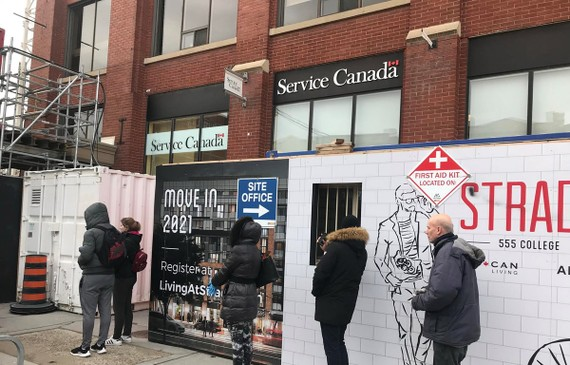 Người dân xếp hàng nộp đơn xin nhận trợ cấp thất nghiệp tại Toronto, Canada. Nguồn: CTV Toronto News