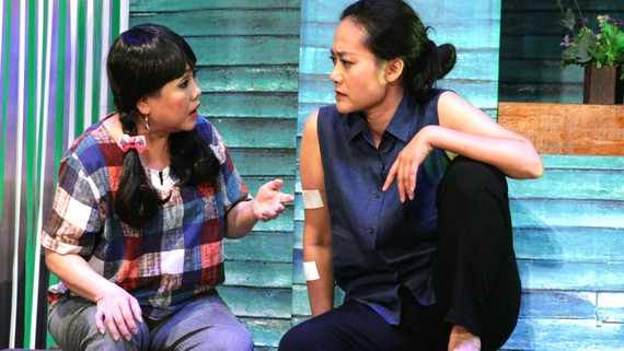 Đạo diễn - NS Ái Như và NS Hồng Ánh trong vở tết 2020 Tình yêu trời đánh  trên sân khấu kịch Hoàng Thái Thanh