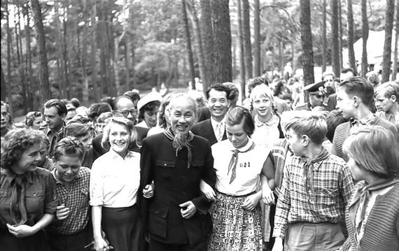 Bác Hồ với các thành viên của Đội Thiếu niên Tiền phong Đông Đức, năm1957 Ảnh: Sturm Horst / Creative Common