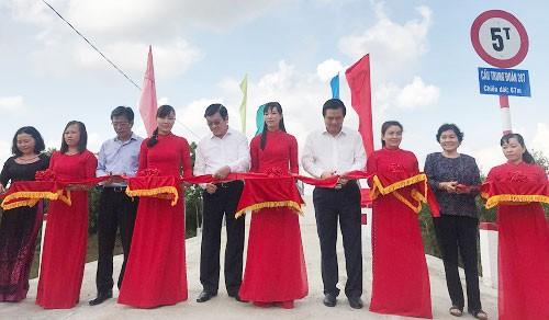 Các đại biểu thực hiện nghi thức cắt băng khánh thành cây cầu mới