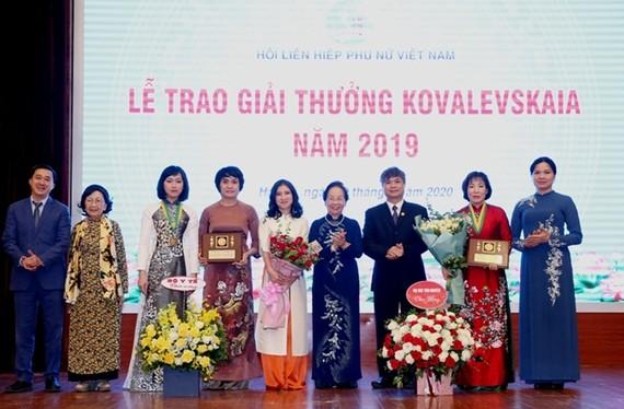 Giải thưởng Kovalevskaia năm 2019 được trao cho 1 tập thể và 1 cá nhân. Nguồn: dangcongsan.vn