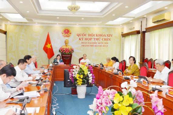 Đồng chí Nguyễn Thiện Nhân, Ủy viên Bộ Chính trị, Bí thư Thành ủy TPHCM cùng các thành viên Đoàn đại biểu Quốc hội TPHCM dự kỳ họp thứ 9 Quốc hội khóa XIV tại điểm cầu TPHCM. Ảnh: VIỆT DŨNG