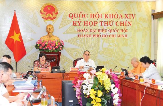 Bí thư Thành ủy TPHCM  Nguyễn Thiện Nhân cùng các thành viên Đoàn đại biểu  Quốc hội TPHCM  dự kỳ họp thứ 9 Quốc hội khóa XIV  tại điểm cầu TPHCM. Ảnh: VIỆT DŨNG