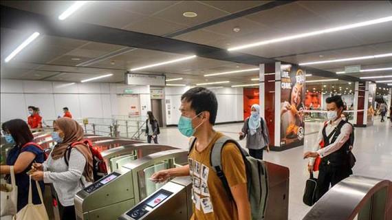 Người dân đeo khẩu trang phòng dịch COVID-19 ở một nhà ga đường sắt trên cao ở Kuala Lumpur, Malaysia ngày 4-5-2020. Ảnh: THX/TTXVN
