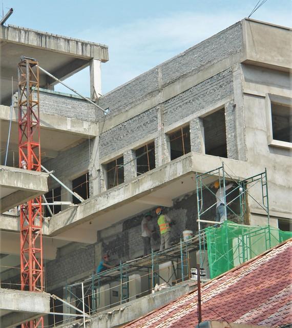 Dự án xây dựng và mở rộng Trường Tiểu học Nguyễn Sơn Hà  (quận 3) đang vào khâu hoàn thiện. Ảnh: HOÀNG HÙNG