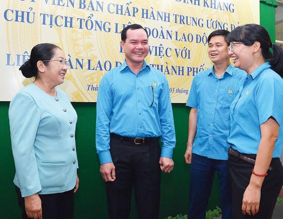 Phó Bí thư Thành ủy TPHCM Võ Thị Dung trao đổi cùng các đại biểu. Ảnh: VIỆT DŨNG