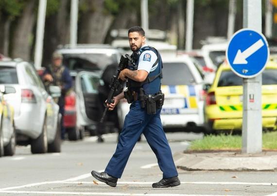 Cảnh sát New Zealand tại hiện trường một vụ xả súng. Ảnh: Reuters.