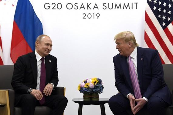 Tổng thống Nga Vladimir Putin và Tổng thống Mỹ Donald Trump bên thềm Thượng đỉnh G20 năm 2019. Ảnh: AP
