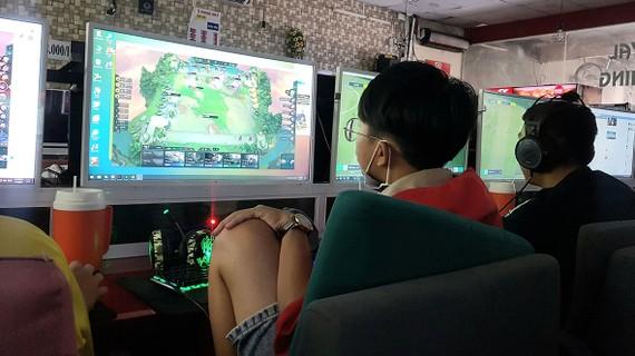 Trẻ em dành nhiều thời gian đến quán game online. Ảnh: BÙI ANH TUẤN
