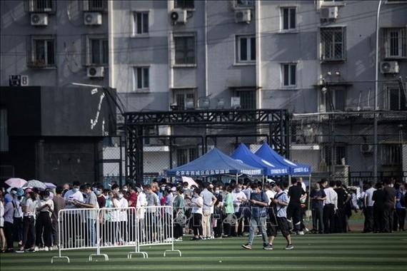 Người dân xếp hàng chờ xét nghiệm COVID-19 tại Bắc Kinh, Trung Quốc, ngày 16-6-2020. Nguồn: TTXVN