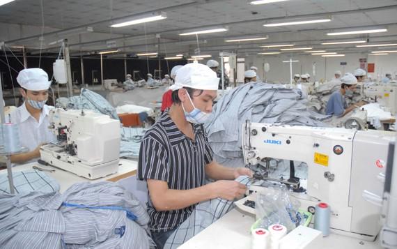 Ngành dệt may đang bị giảm các đơn hàng xuất khẩu. Ảnh: CAO THĂNG