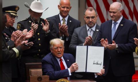 Tổng thống Donald Trump vừa ký sắc lệnh cải tổ hoạt động của ngành cảnh sát. Ảnh: REUTERS