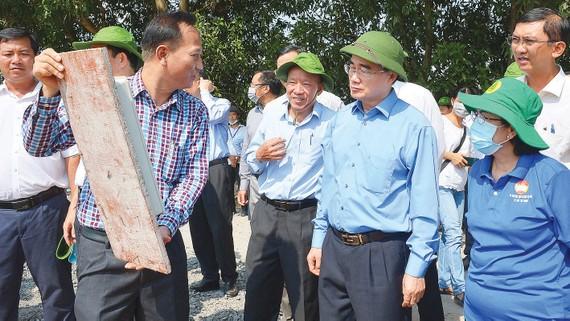 Bí thư Thành ủy TPHCM Nguyễn Thiện Nhân  tìm hiểu nguyên nhân xây dựng  không phép  tại xã  Vĩnh Lộc A, huyện  Bình Chánh. Ảnh:  VIỆT DŨNG