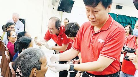 Dai-ichi Life Việt Nam tiếp tục mang lại ánh sáng cho hơn 500 bệnh nhân nghèo bị đục thủy tinh thể