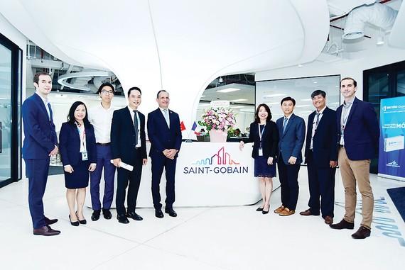 Tổng Lãnh sự Cộng hòa Pháp tại TPHCM thăm văn phòng Tập đoàn Saint-Gobain Việt Nam