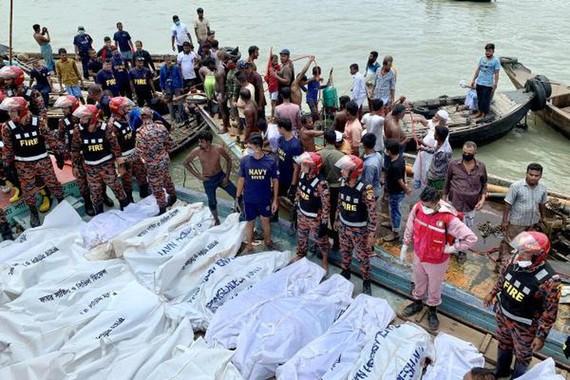Hàng chục người thương vong trong vụ lật phà chở khách trên sông Buriganga, thủ đô Bangladesh, ngày 29-6-2020. Ảnh: REUTERS