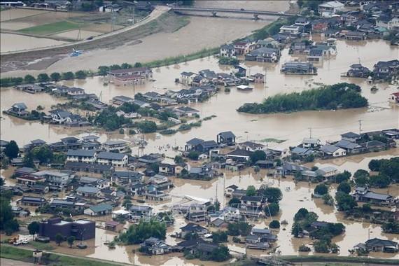Cảnh ngập lụt do mưa lũ tại tỉnh Kumamoto, Nhật Bản ngày 4-7-2020. Nguồn: TTXVN