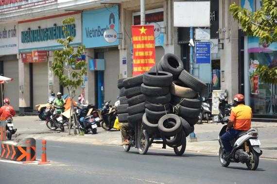 Xe tự chế chở hàng cồng kềnh trên đường Phan Văn Trị (quận Gò Vấp)
