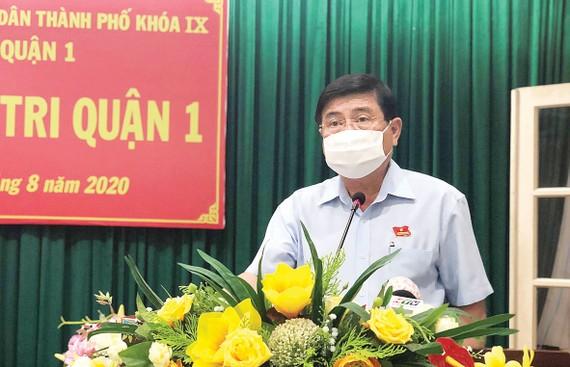 Chủ tịch UBND TPHCM Nguyễn  Thành Phong  trả lời ý kiến  cử tri.  Ảnh: MAI HOA