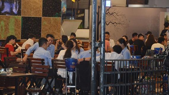 Đang mùa dịch Covid-19, các quán nhậu dọc đại lộ Phạm Văn Đồng  vẫn chật kín người.  Ảnh: ĐỨC TRUNG