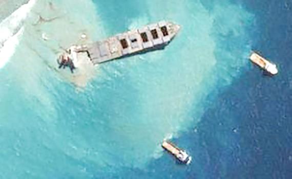 Hình ảnh từ vệ tinh cho thấy con tàu bắt đầu gãy đôi