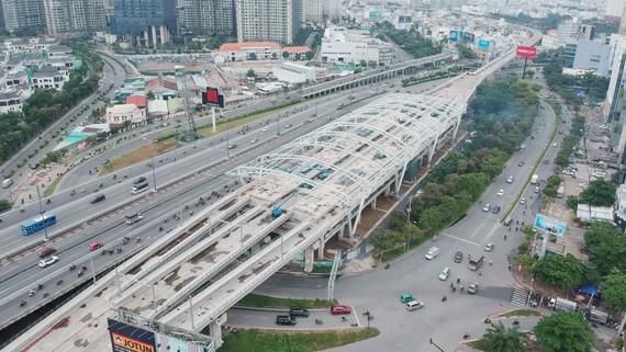Metro Bến Thành - Suối Tiên qua quận Bình Thạnh, TPHCM. Ảnh: CAO THĂNG