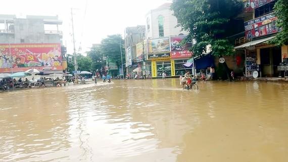 Nước lũ sông Hồng lên nhanh, gây ngập tuyến đường tại TP Yên Bái, tỉnh Yên Bái