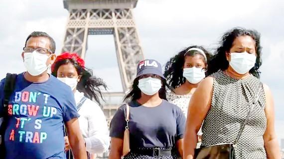 Người dân Pháp đeo khẩu trang tại thủ đô Paris