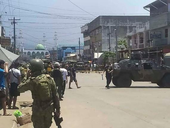 Binh sĩ được triển khai đến khu vực sau khi xảy ra hai vụ nổ ở thị trấn Jolo thuộc tỉnh Sulu (miền Nam Philippines) ngày 24-8. Ảnh: Philippine National Red Cross/AP