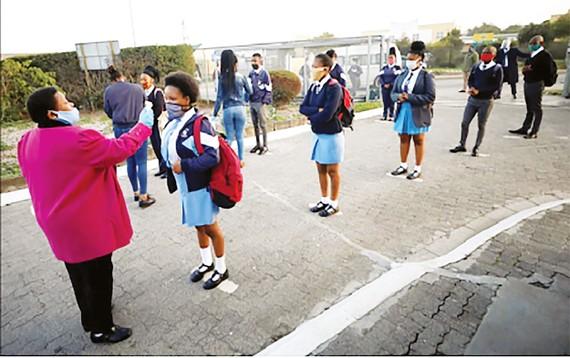 Kiểm tra thân nhiệt học sinh trước khi vào lớp tại Cape Town, Nam Phi