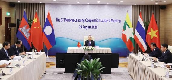 Thủ tướng Nguyễn Xuân Phúc dự trực tuyến tại điểm cầu Hà Nội. Ảnh: TTXVN