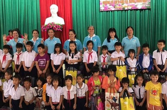 Các cháu học sinh nghèo vui mừng nhận quà  từ nhóm từ thiện của bà Kim Giác