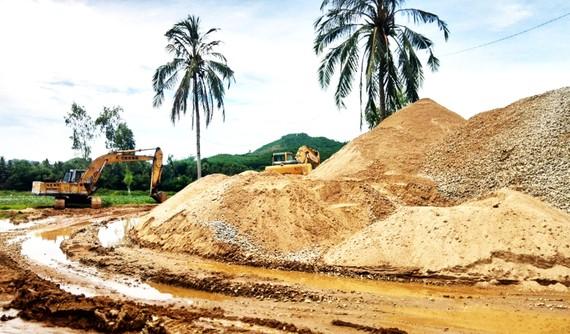 Lượng cát khai thác trái phép ở lòng sông An Lão rất lớn,  diễn ra trong nhiều năm