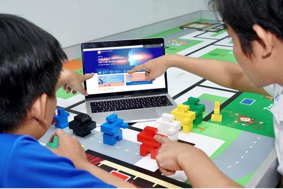 Các bạn trẻ đăng ký dự thi giải pháp ứng dụng AI  trong việc xử lý giao thông đô thị. Ảnh: HOÀNG HÙNG