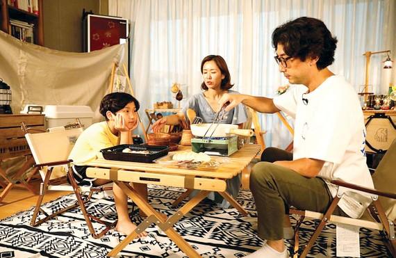 Gia đình anh Lee Seung-yoon chuyển căn hộ của mình  thành nơi cắm trại dã ngoại