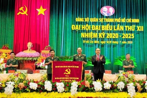 Đồng chí Nguyễn Thiện Nhân, Ủy viên Bộ Chính trị, Bí thư Thành ủy, Bí thư Đảng ủy Quân sự TPHCM  tặng bức trướng cho Đảng bộ Quân sự TPHCM tại Đại hội Đại biểu Đảng bộ Quân sự TPHCM lần thứ XII