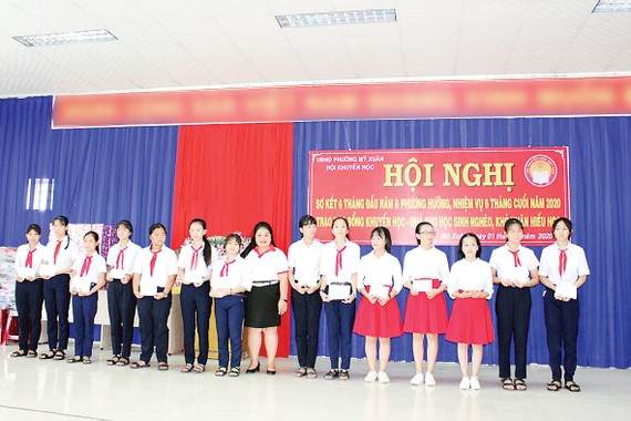 Bà Nguyễn Thu Thủy (Phó Giám đốc đối ngoại Vedan Việt Nam) trao học bổng cho các em học sinh phường Mỹ Xuân, thị xã Phú Mỹ