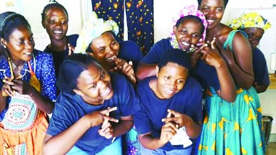 Các bà mẹ đơn thân làm việc cho một nhà hàng Nhật Bản tại quốc gia Trung Phi Rwanda đã tìm ra nguồn thu nhập mới: trông giữ trẻ ở Nhật Bản qua hình thức trực tuyến