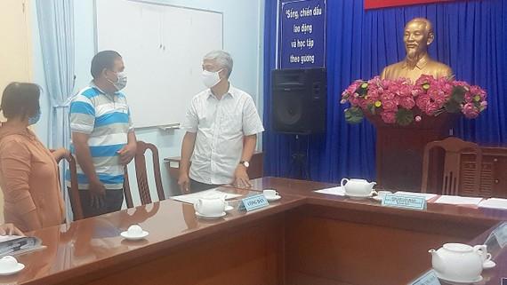 Phó Chủ tịch UBND TPHCM Võ Văn Hoan giải quyết khiếu nại đất đai của gia đình ông Trần Văn Thành, xã Đa Phước, huyện Bình Chánh Ảnh: HOÀI NAM