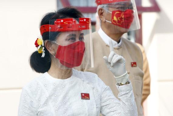 Bà Aung San Suu Kyi trong cuộc vận động tranh cử ngày 8-9 tại Naypyitaw. Ảnh: AP
