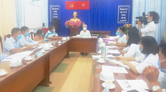 Phó Chủ tịch UBND TPHCM Võ Văn Hoan tiếp, giải quyết khiếu nại của công dân trong một vụ việc.  Ảnh: HOÀI NAM