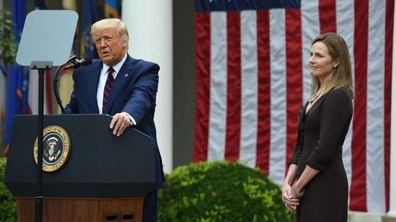 Ông Trump và ứng viên thẩm phán Toà án Tối cao Mỹ Amy Coney Barret. Ảnh: INT